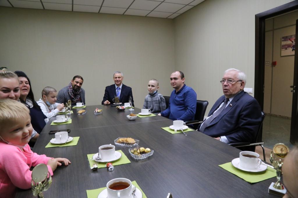 В.П. Лукин, П.А. Рожков, А.А. Строкин в офисе ПКР встретились с детьми-пациентами НИИ неотложной детской хирургии и травматологии